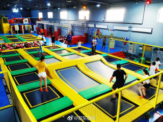 燃爆抖音的网红蹦床反弹工厂蹦床乐园全场通玩,大人孩子玩嗨了!图片